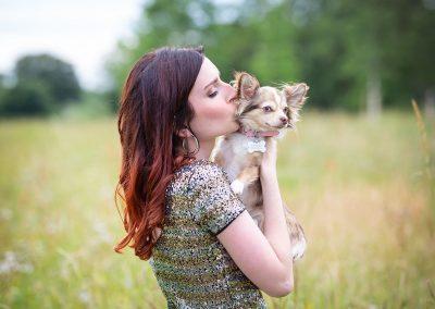 Frau-mit-Chihuahua-Hund-Fotoshooting
