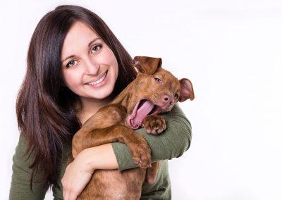 Frau-mit-Hund-Welpe-Mensch