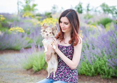 Frau-mit-Hund-im-Arm-Chihuahua-Hundefotografie