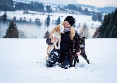 Frau-mit-Hunden-im-Schnee-Hundefotoshooting
