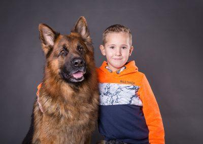 Kind-mit-Hund-Junge-Schaeferhund