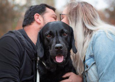 Paar-mit-Hund-Labrador-Fotoshooting